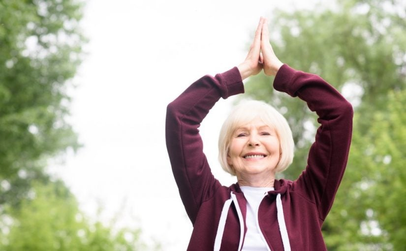 Ældre kvinde der dyrker yoga