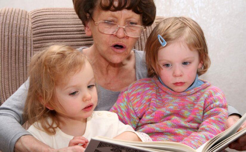 Mormor der læser for sine børnebørn